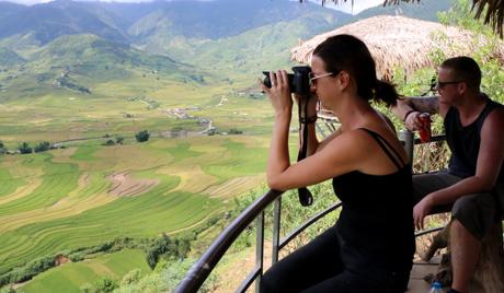 Thời điểm này đã rất đông du khách đến với Mù Cang Chải để chiêm ngưỡng cảnh sắc tuyệt đẹp của mùa lúa chín.