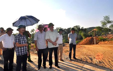 Đồng chí Nguyễn Chiến Thắng – Phó Chủ tịch UBND tỉnh cùng các ngành chức năng đi kiểm tra thực địa chuẩn bị cho Lễ thông xe kỹ thuật cầu Tuần Quán.