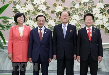 Chủ tịch Quốc hội Triều Tiên Kim Yong-nam (thứ 2, phải) và Chủ tịch đảng Dân chủ (DP) cầm quyền của Hàn Quốc Lee Hae-chan (thứ 2, trái) tại cuộc họp ở Bình Nhưỡng ngày 19/9.