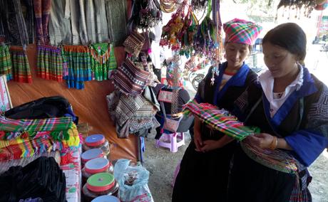 Chợ phiên vùng cao Mù Cang Chải bày bán các sản phẩm của địa phương.