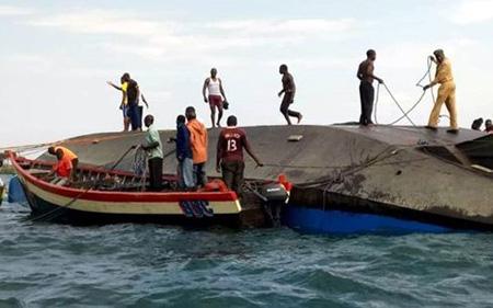 Tình nguyện viên tham gia cứu hộ phà bị chìm tại Tanzania.