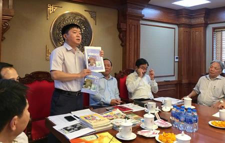 Phó Tổng Giám đốc NXB Giáo dục Việt Nam Lê Hoàng Hải minh họa quy trình biên soạn SGK.