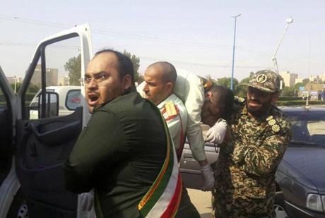 Quân nhân bị thương được đưa đến bệnh viện địa phương.