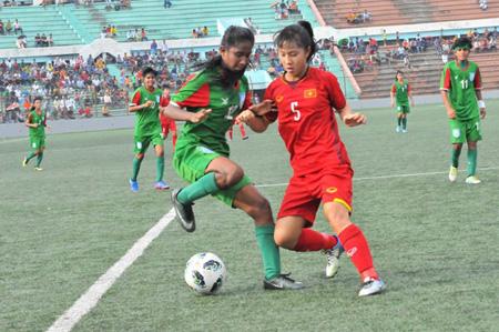 U16 nữ Việt Nam (áo đỏ) vẫn giành vé đi tiếp dù thua Banglandesh ở lượt cuối.