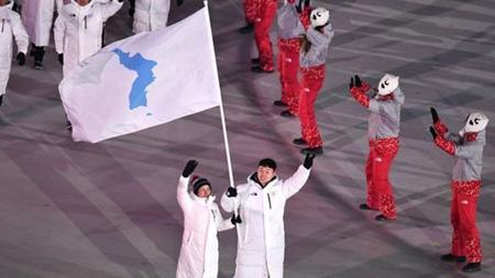 Đoàn vận động viên Hàn Quốc và Triều Tiên diễu hành chung dưới lá cờ thống nhất tại lễ khai mạc Thế vận hội mùa Đông Pyeongchang 2018, ngày 9-2-2018.