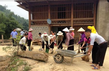 Người dân thôn Lừu 2 tích cực tham gia vệ sinh môi trường, giữ gìn đường làng, ngõ xóm sạch - đẹp.