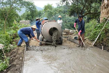 Người dân huyện Lục Yên chung sức xây dựng nông thôn mới.