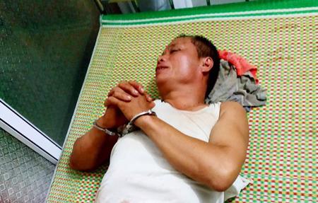 Đối tượng Nguyễn Văn Tiến đang bị bắt giữ ngay sau khi gây án. (Ảnh báo Thái Nguyên)