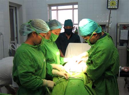 Các y, bác sỹ Trung tâm Y tế thành phố Yên Bái luôn tận tụy trong công tác khám, chữa bệnh.