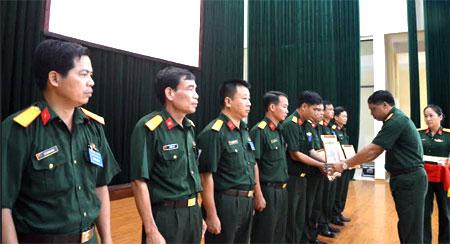 Đại tá Nguyễn Ngọc Thái - Phó Bí thư Thường trực Đảng ủy, Chính ủy Bộ Chỉ huy Quân sự tỉnh trao thưởng cho các thí sinh xuất sắc.