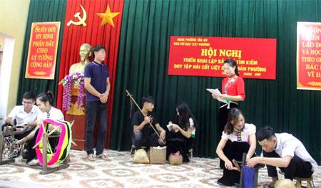 Các diễn viên tham gia màn diễu diễn đường phố của phường Tân An tích cực luyện tập.