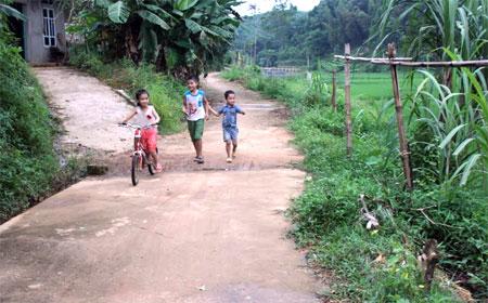 Đường giao thông nông thôn ở xã Trung Tâm được bê tông hóa giúp nhân dân đi lại thuận tiện.