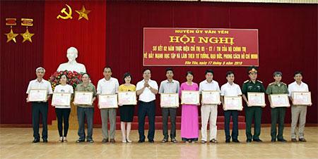 Các tập thể, cá nhân có thành tích trong học tập và làm theo tư tưởng, đạo đức, phong cách Hồ Chí Minh của huyện Văn Yên được tặng giấy khen của UBND huyện.
