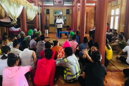 Ông Lò Minh Tâm đang triển khai công việc của tổ dân phố.