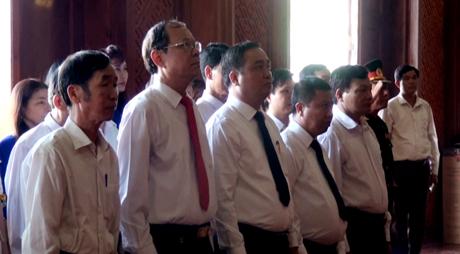 Các đồng chí lãnh đạo Huyện ủy, HĐND, UBND, UBMTTQ huyện và các đoàn thể, điển hình tiên tiến tưởng niệm Chủ tịch Hồ Chí Minh.