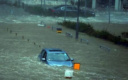 Đường phố Hong Kong ngập trong biển nước do mưa lớn.
