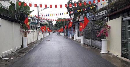 Các tuyến đường của thị xã Nghĩa Lộ rực rỡ cờ hoa chào mừng Tuần Văn hoá - Du lịch Mường Lò.  (Ảnh: Thuỳ Hương)