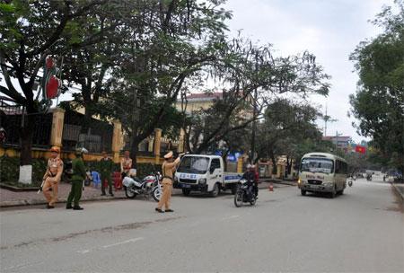 Lực lượng cảnh sát giao thông huyện Văn Yên tăng cường kiểm tra, hướng dẫn giao thông tại các tuyến đường trên địa bàn.