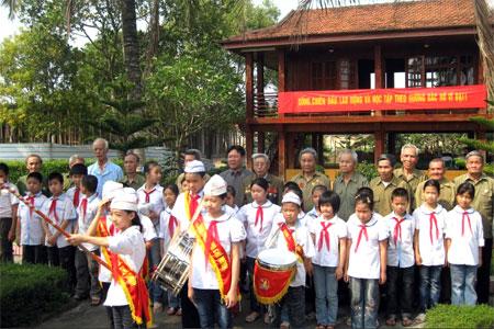 Một buổi sinh hoạt truyền thống của Ban Liên lạc truyền thống Chiến sỹ Điện Biên với các cháu học sinh Trường Tiểu học Kim Đồng tại Khu tưởng niệm.