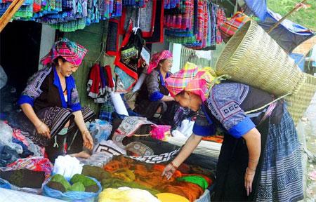 Phiên chợ vùng cao Mù Cang Chải bày bán nhiều mặt hàng thổ cẩm của đồng bào Mông.