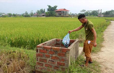 Nông dân phường Pú Trạng tự giác thu gom rác thải nông nghiệp vào bể chứa rác nội đồng.