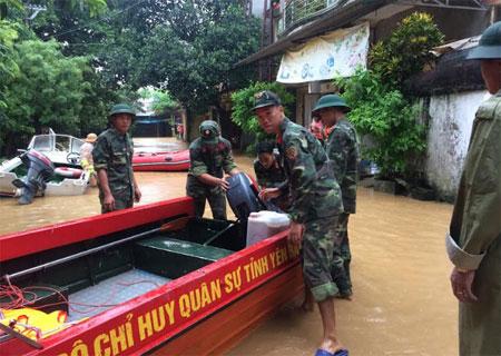 LLVT thành phố Yên Bái chuẩn bị phương tiện cứu hộ, di chuyển người dân ra khỏi khu vực bị ảnh hưởng do bão lũ.