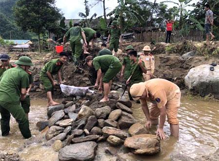 """Đoàn Công an huyện Văn Yên tham gia """"Chiến dịch tình nguyện hành quân xanh"""" tại xã Phong Dụ Thượng."""