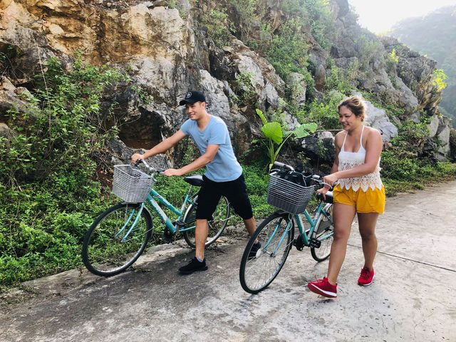 Khách quốc tế đến Việt Nam trong 8 tháng đầu năm ước đạt 11 triệu lượt khách. Trong ảnh là khách quốc tế đi tham quan làng cổ Việt Hải (Cát Bà - Hải Phòng)