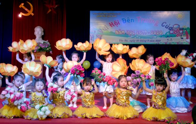 Các bé mần non Trường mầm non cộng đồng, thành phố Yên Bái múa hát mừng năm học mới.