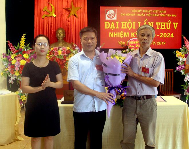 Lãnh đạo Hội Liên hiệp VHNT tỉnh tặng hoa chúc mừng Ban chấp hành Chi hội Mỹ thuật Việt Nam tỉnh Yên Bái nhiệm kỳ 2019-2024.