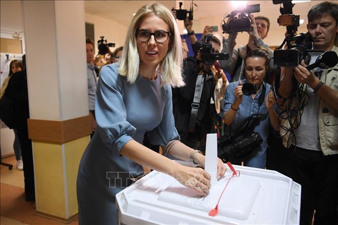 Nhà hoạt động đối lập Nga Lyubov Sobol bỏ phiếu tại điểm bầu cử ở Moscow ngày 8-9-2019.