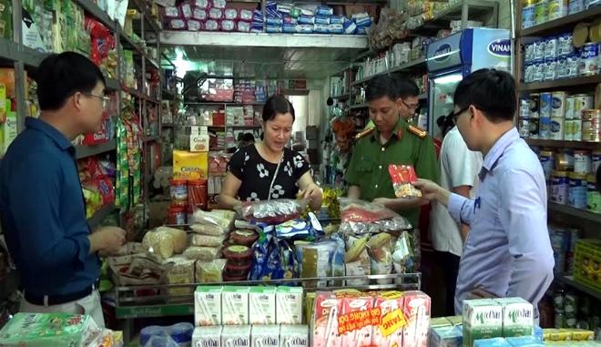 Chuẩn bị phục vụ mùa lễ hội, ngành chức năng thị xã Nghĩa Lộ tăng cường kiểm tra nguồn hàng hóa tại các cơ sở kinh doanh trên địa bàn.