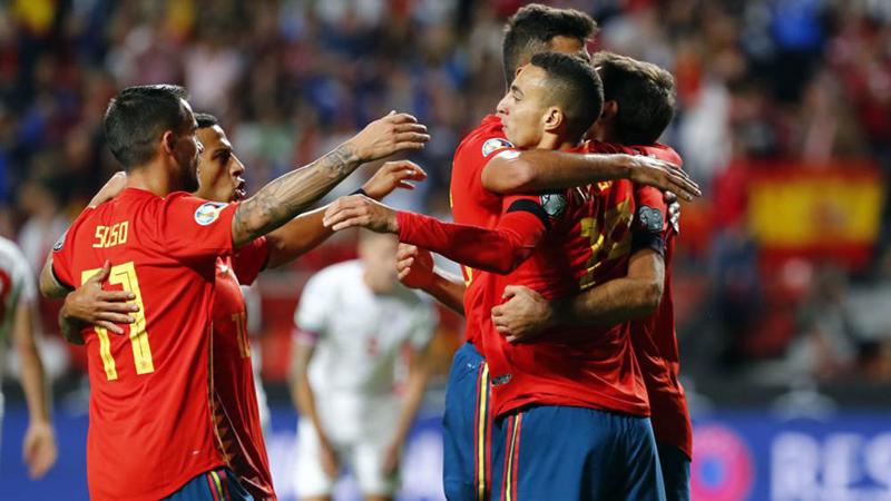 Các cầu thủ Tây Ban Nha ăn mừng chiến thắng trước Đảo Faroe.