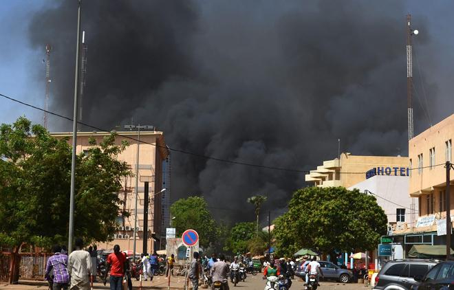 Trong ảnh: Khói bốc lên sau một vụ tấn công ở thủ đô Ouagadougou, Burkina Faso.