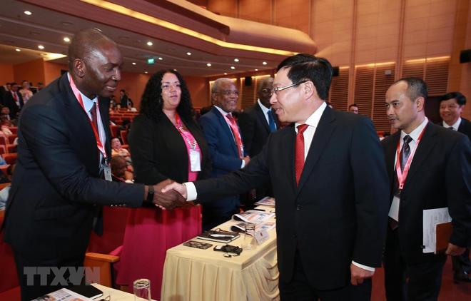 Phó Thủ tướng, Bộ trưởng Bộ Ngoại giao Phạm Bình Minh với các đại sứ, đại biện, đại diện các nước Trung Đông-châu Phi tại Việt Nam.