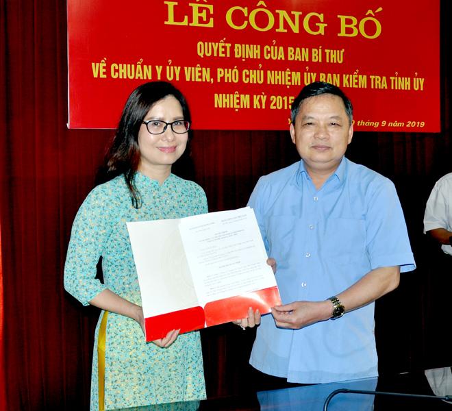Phó Bí thư Thường trực Tỉnh ủy Dương Văn Thống trao quyết định, chúc mừng đồng chí Vương Thị Thanh Lâm.