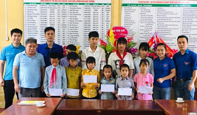 Các đoàn viên, thanh niên Chi đoàn Báo Yên Bái tặng quà cho các cháu học sinh