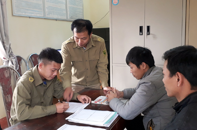 Công an xã Hán Đà, huyện Yên Bình giải quyết thủ tục cho người dân.