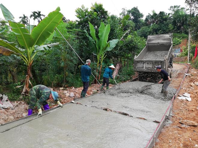 Nhân dân thôn Làng Mỉnh, thị trấn Mậu A bê tông hóa đường giao thông nông thôn.