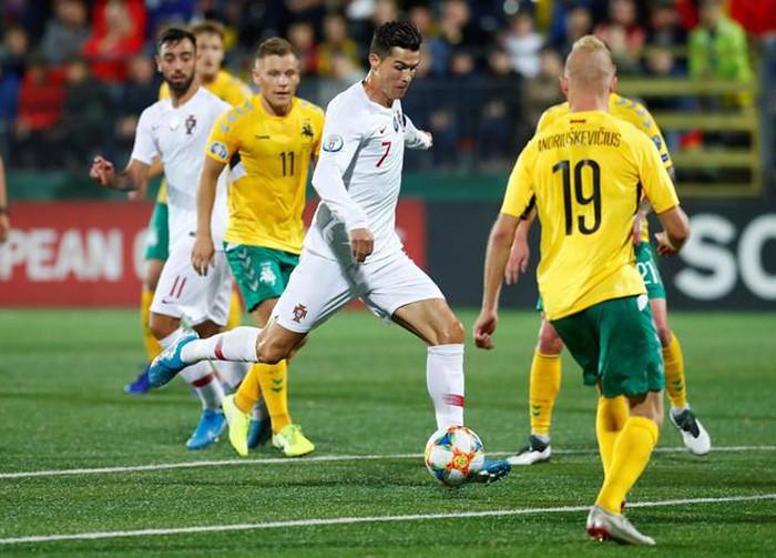 Ronaldo ghi bốn bàn giúp Bồ Đào Nha đại thắng ở vòng loại EURO 2020.