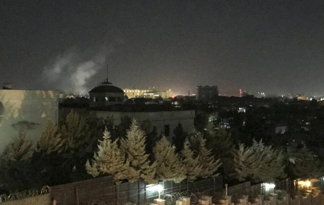 Khói bốc lên từ hiện trường vụ tấn công Đại sứ quán Mỹ ở Kabul.