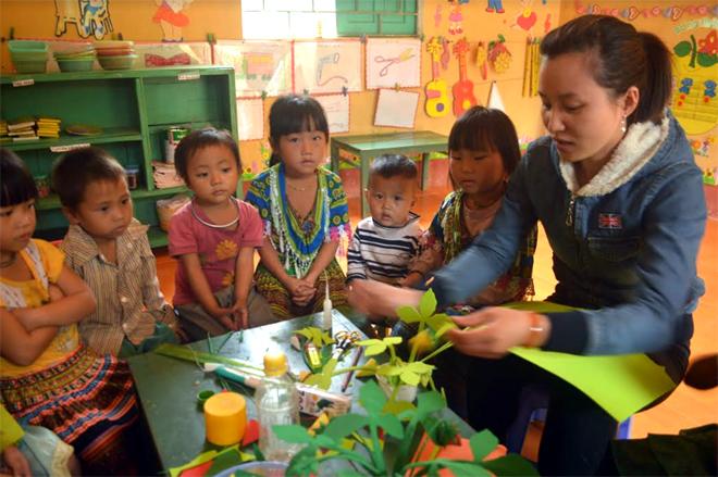 Giờ học làm đồ chơi của cô và trò tại điểm trường Mầm non Làng Ca, xã Cát Thịnh (Văn Chấn).
