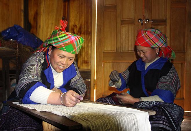 Một công đoạn trong sản xuất thổ cẩm của người dân tộc Mông Mù Cang Chải.