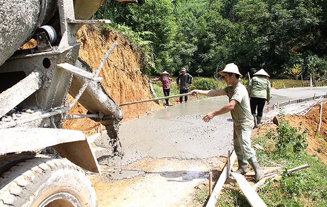 Nhân dân xã Văn Lãng (Yên Bình) bê tông hóa đường giao thông nông thôn.