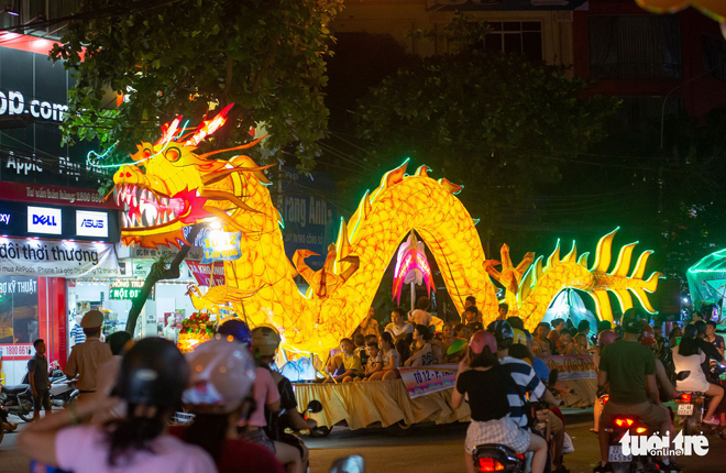 Những chiếc đèn Trung thu khổng lồ tràn ngập đường phố Tuyên Quang.