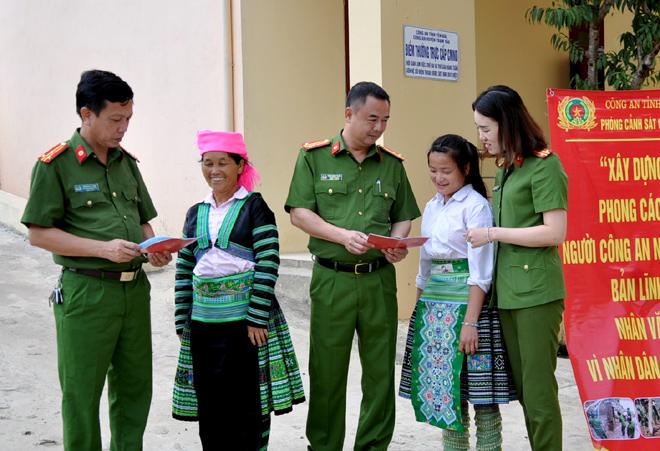 Cán bộ Công an tỉnh tuyên truyền phổ biến pháp luật cho nhân dân huyện Trạm Tấu. (Ảnh: Mai Linh)