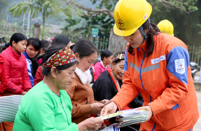 Công nhân Công ty Điện lực Yên Bái tuyên truyền sử dụng điện an toàn đến khách hàng.