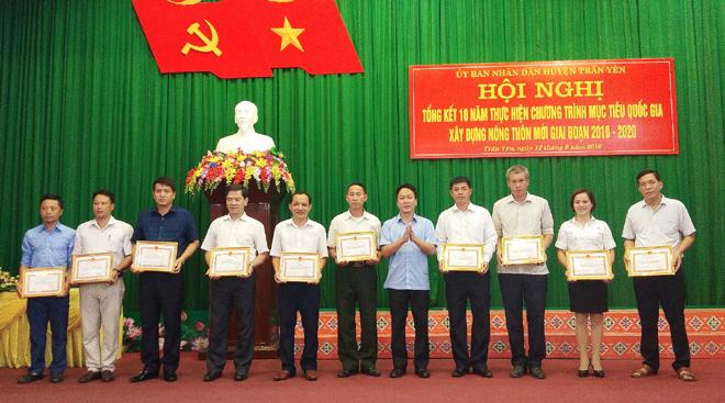 UBND huyện Trấn Yên khen thưởng các tập thể và cá nhân có nhiều đóng góp trongphong trào thi đua chung sức xây dựng nông thôn mới.