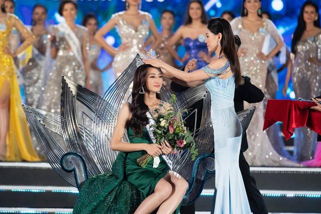 Giây phút đăng quang của Hoa hậu Lương Thuỳ Linh trong chung kết Thế giới Việt Nam vừa diễn ra mới đây.