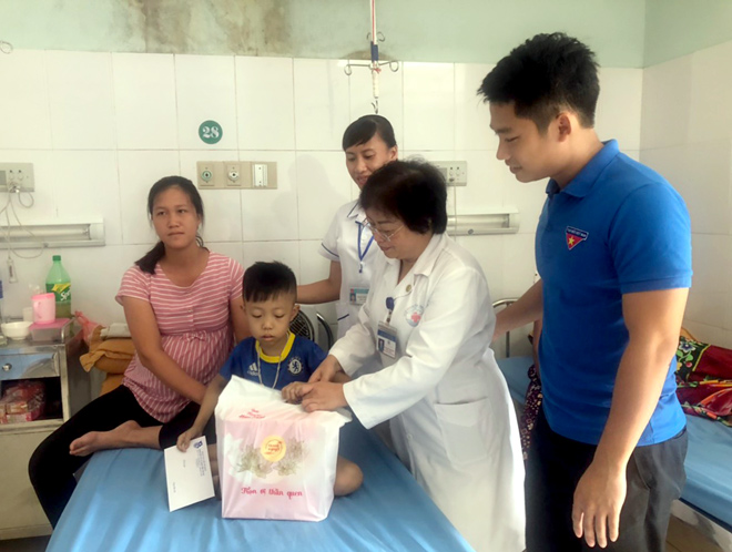 Tuổi trẻ Đoàn Khối các cơ quan tỉnh phối hợp với Công đoàn Bệnh viện Đa khoa tỉnh tặng quà các bệnh nhi.